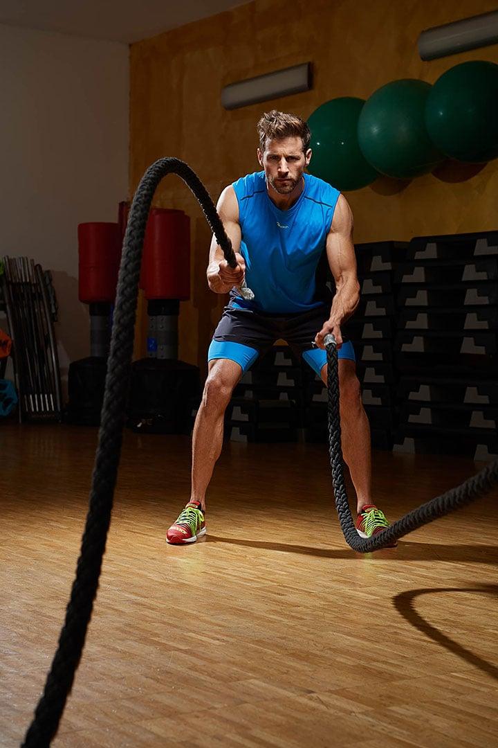 Fitness Model inszeniert im Fitness Studio