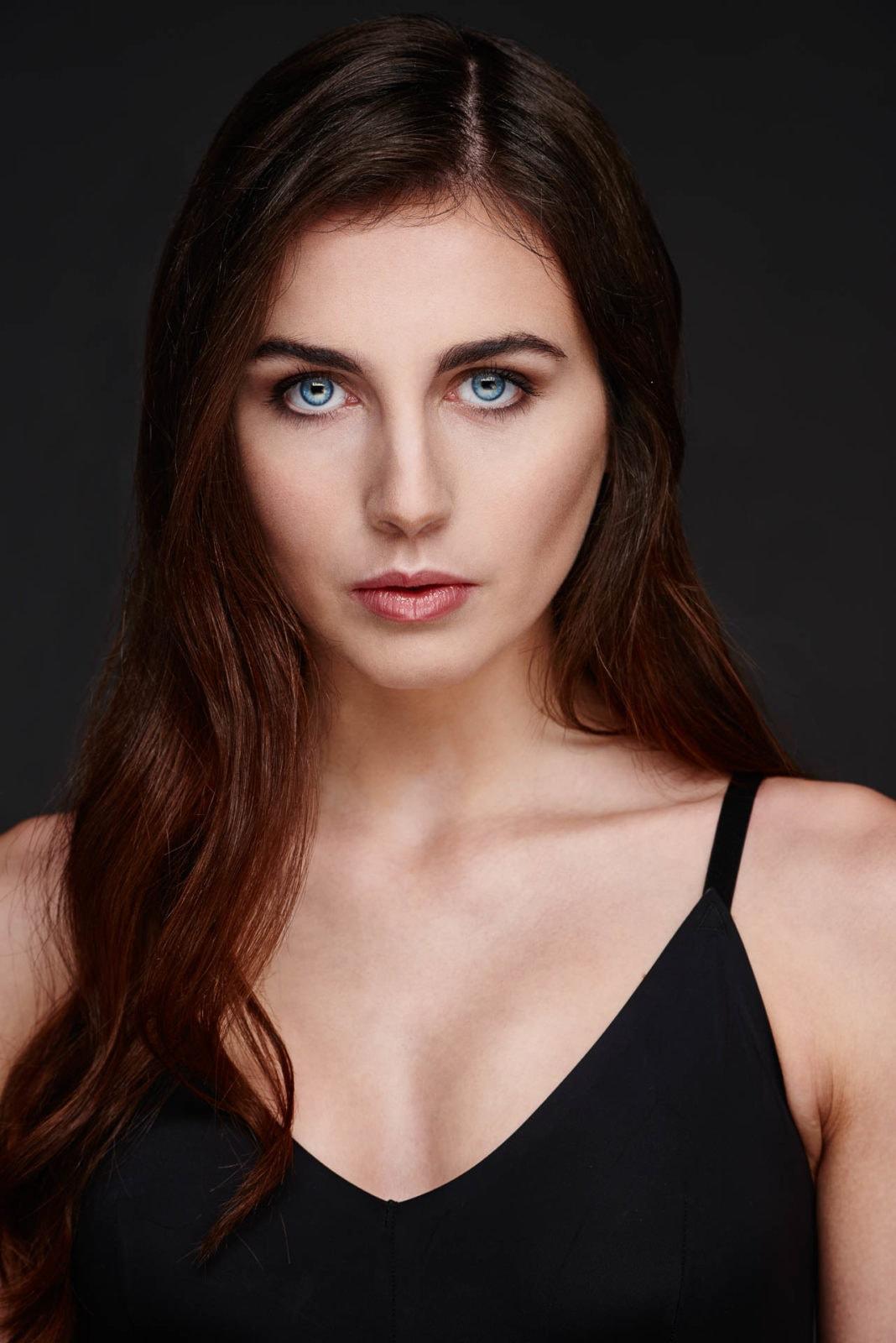 Werbefotograf Markus Mielek inszeniert das Model Marie für die Sedcard im Studio - eindringliches Portrait