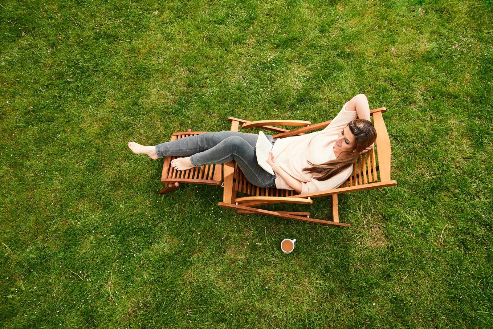 Freizeit im Garten mit Frau