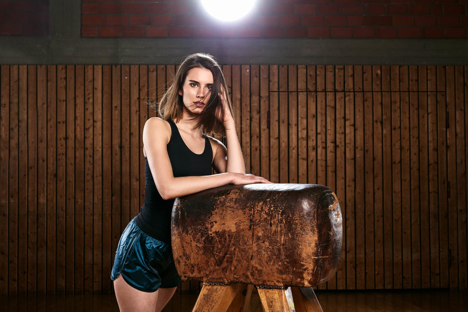 Sport Shooting mit Model in Turnhalle