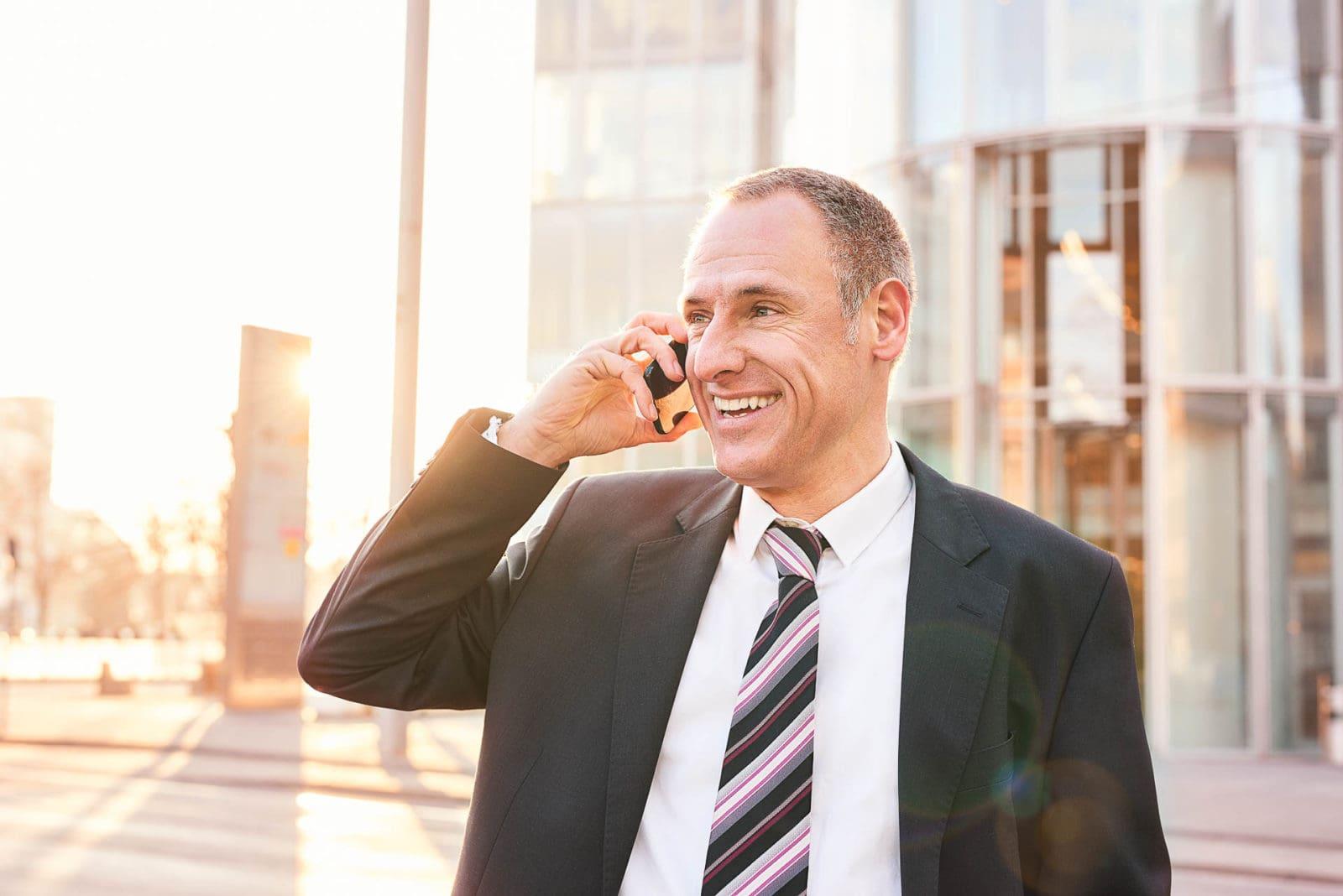Bänker telefoniert vor Büro