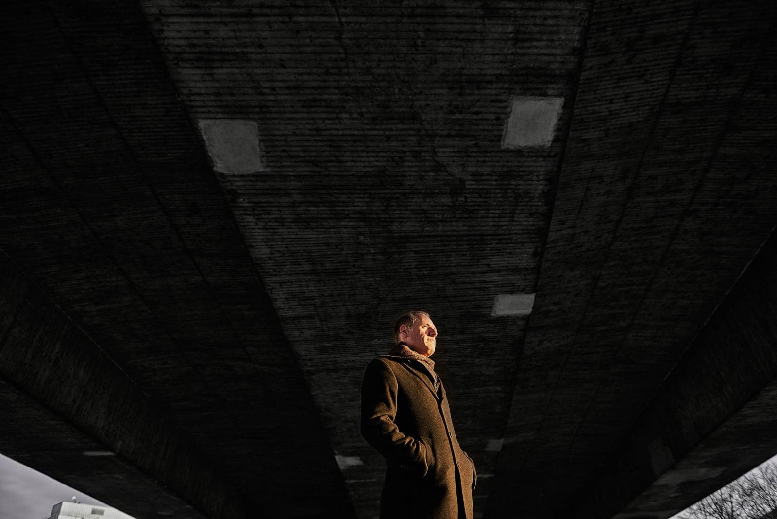 Porträt eines Mannes unter einer Brücke Sonnenuntergang Abend