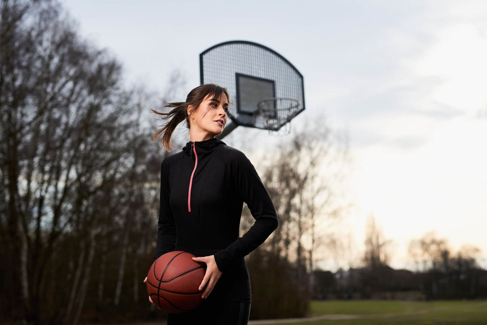 Frau spielt Basketball - Inszenierung für Bildagentur Lifestyle