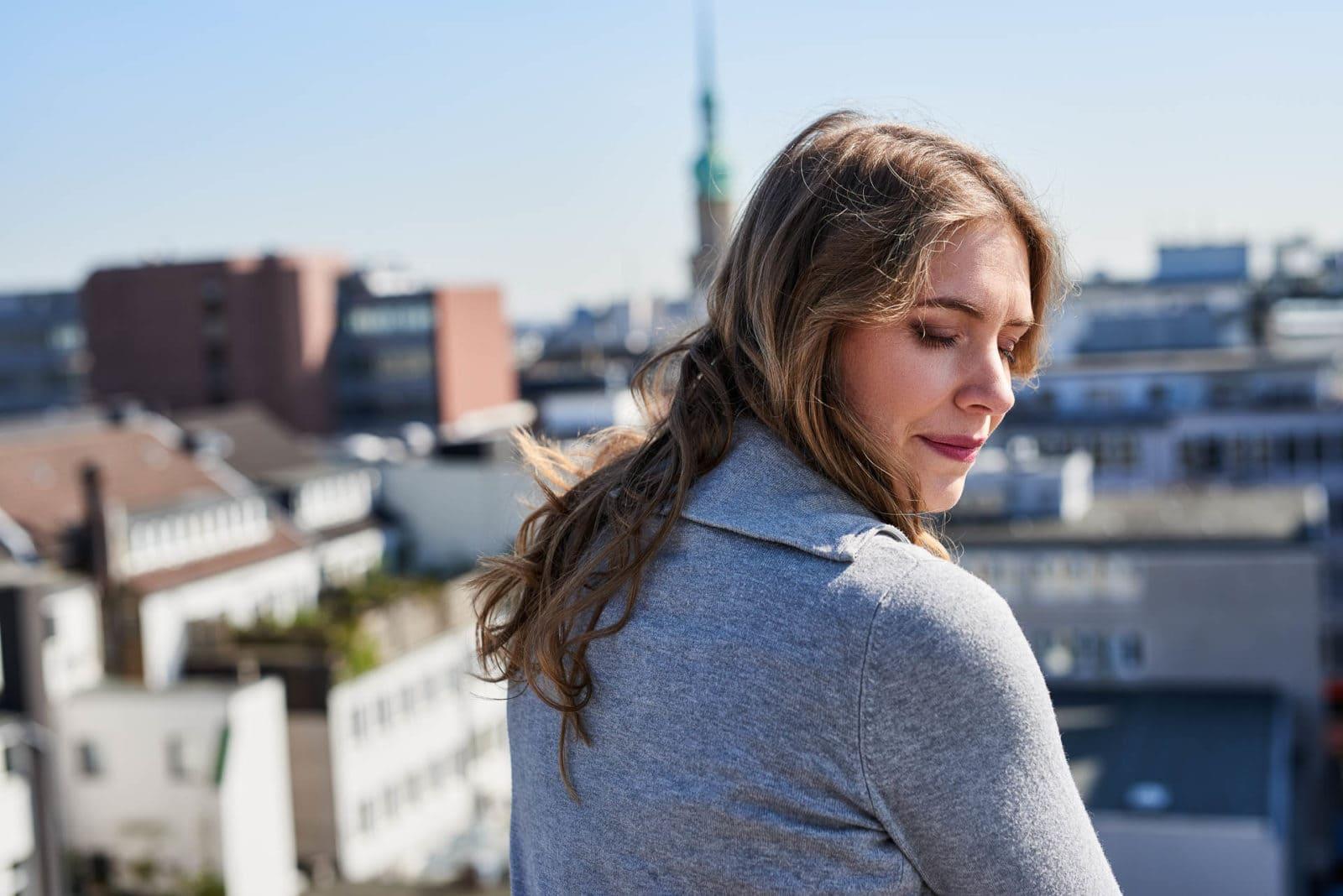 Sensibles Portrait einer Frau in Stadt