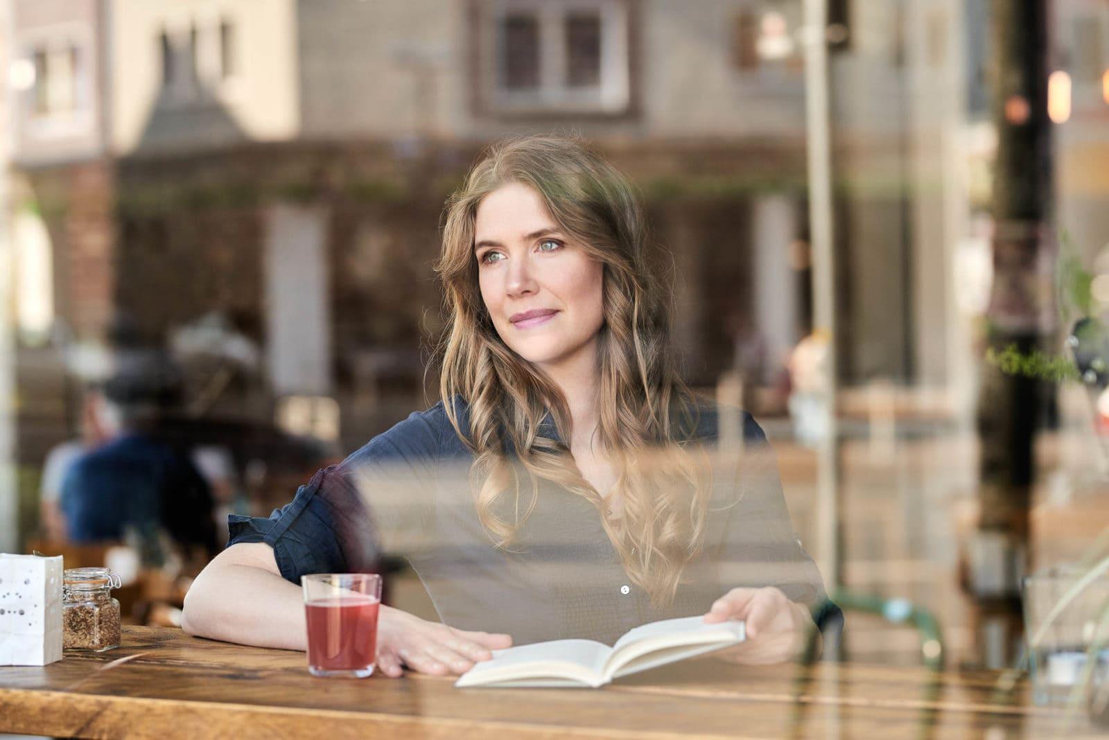 Portrait einer Frau im Cafe Dortmund