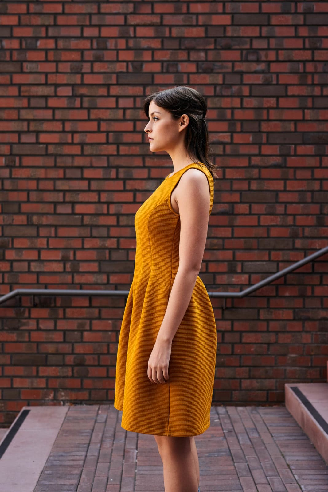 Junge Frau auf Treppe Kleid Fashion