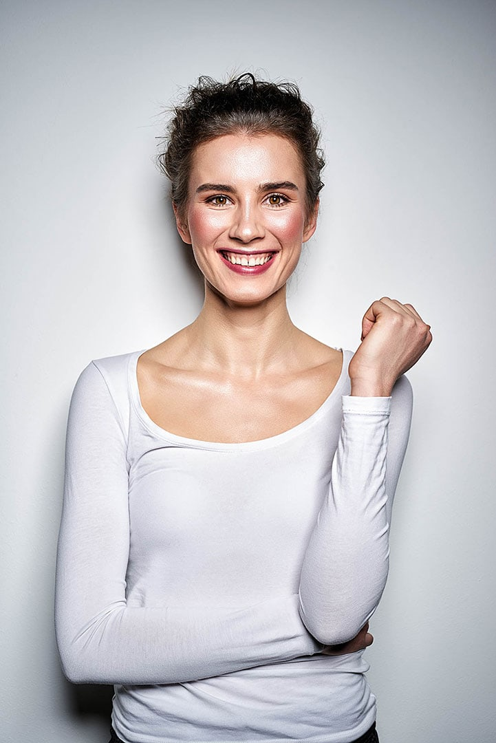 Frau im Studio weißer Hintergrund - Emotionen