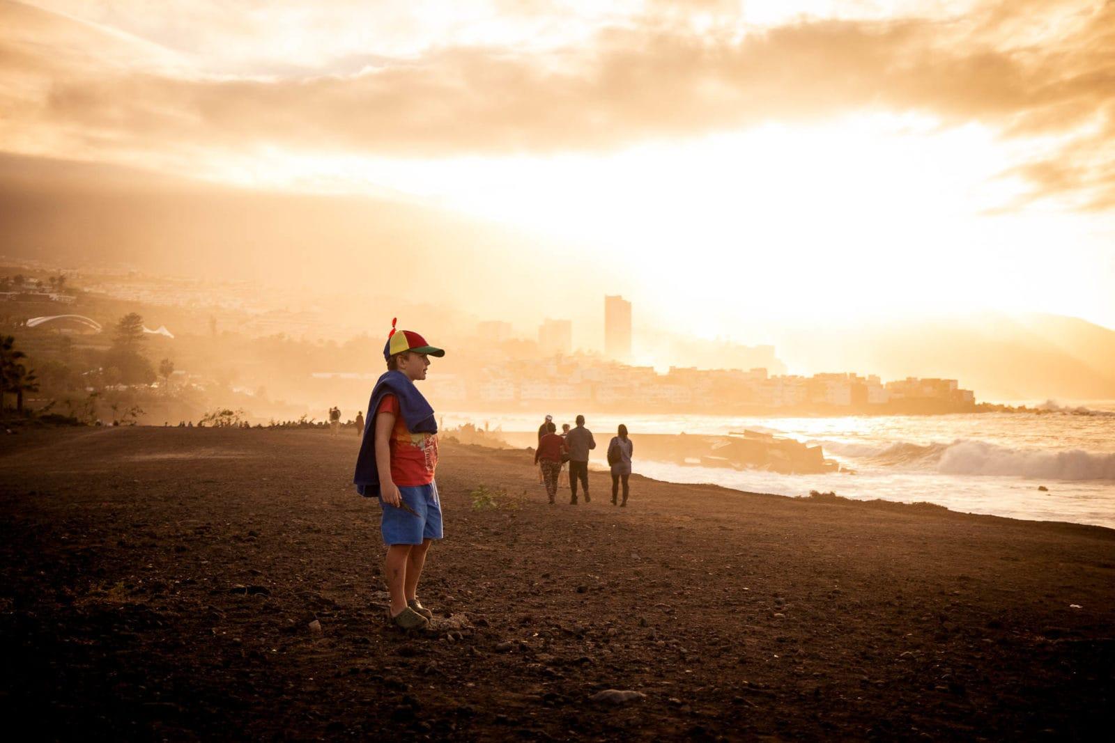Editorial Reisefotografie am Strand von Teneriffa mit Kid Model