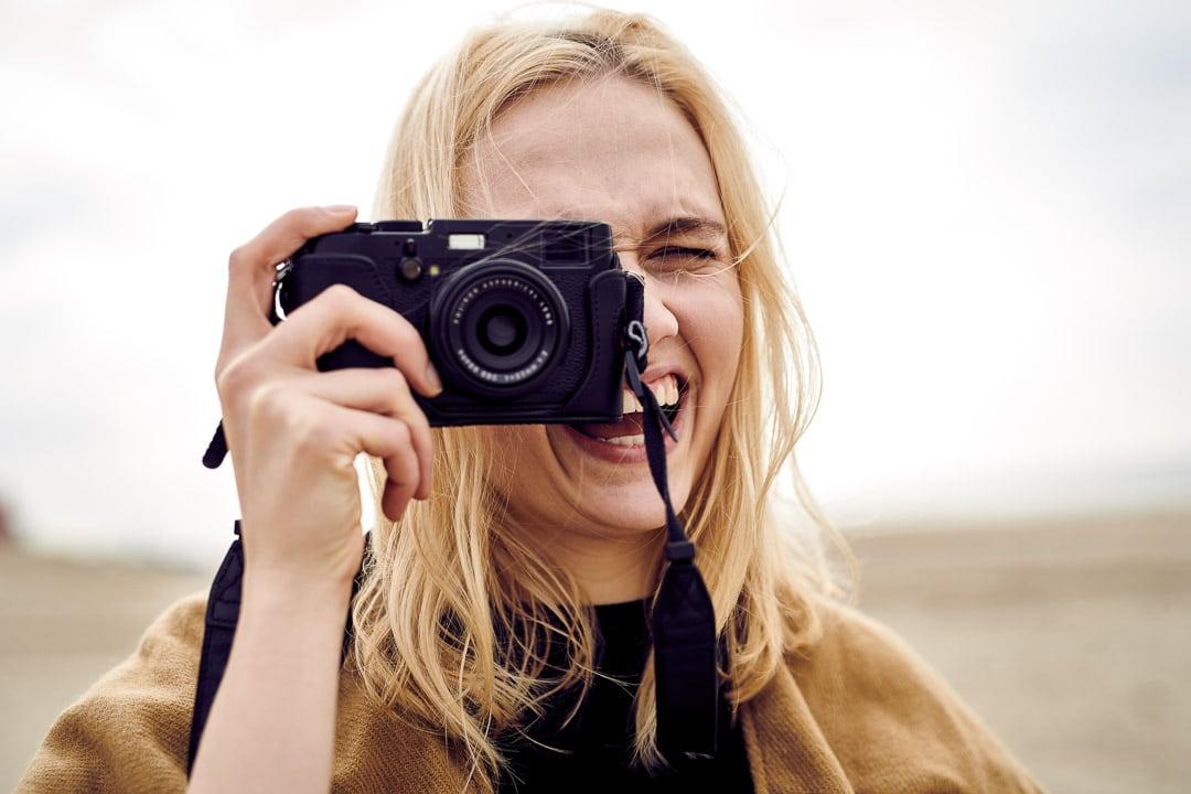 Lifestyle Fotograf - Model fotografiert mit Kamera am Strand