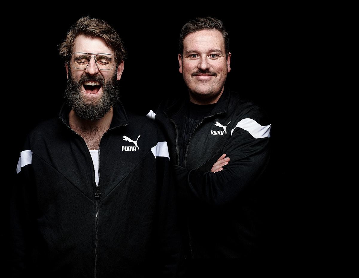 Dortmunder DJ Duo DISCO COLADA vor schwarzem Hintergrund im Fotostudio Mielek porträtiert