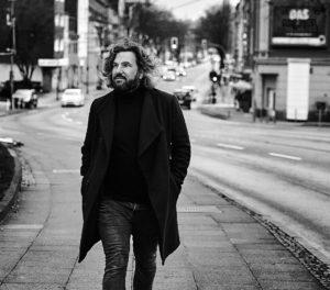 Corporate Portrait von Fotograf Markus Mielek vor seinem Fotostudio in Dortmund / NRW