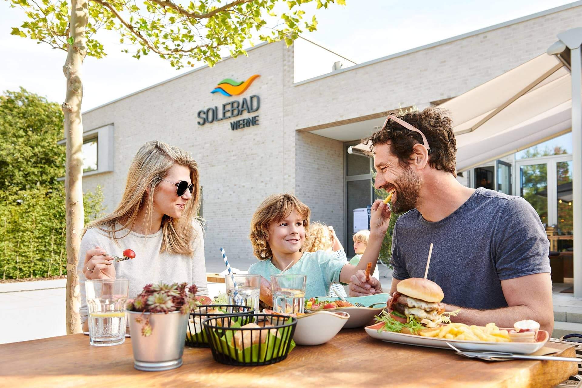Werbefotografie - Junge Familie beim Restaurantbesuch bei sonnigem Wetter fotografiert von Markus Mielek in Werne