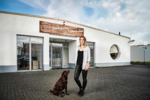 Corporate Portrait - Gründerin Janine Obersdorf posiert vor Ihrem Shop für Werbefotografie für die Google-Kampagne von Heimathund / Grow my store