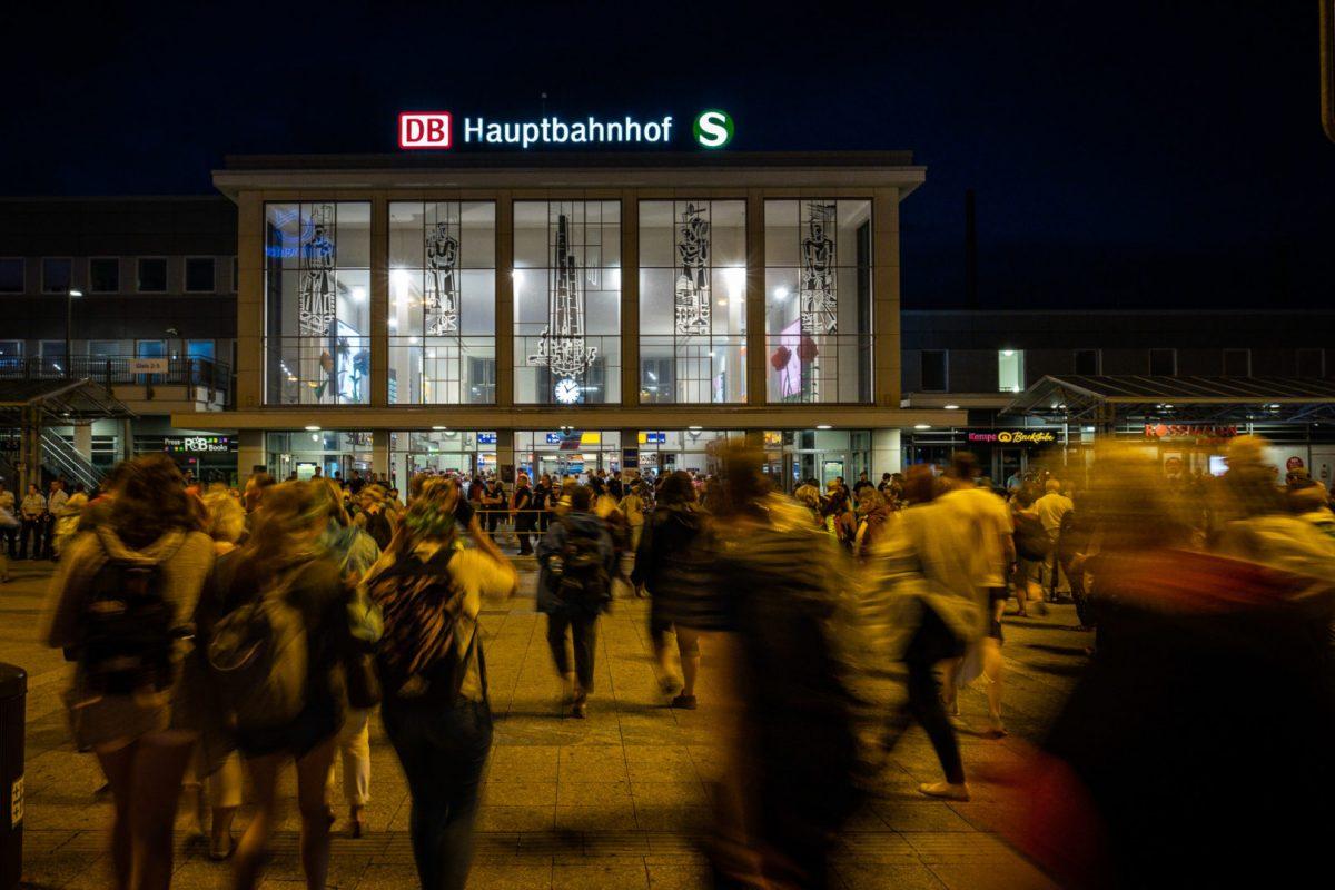 Reisende am Dortmunder Hauptbahnhof auf dem Weg nach Hause nach dem Kirchentag