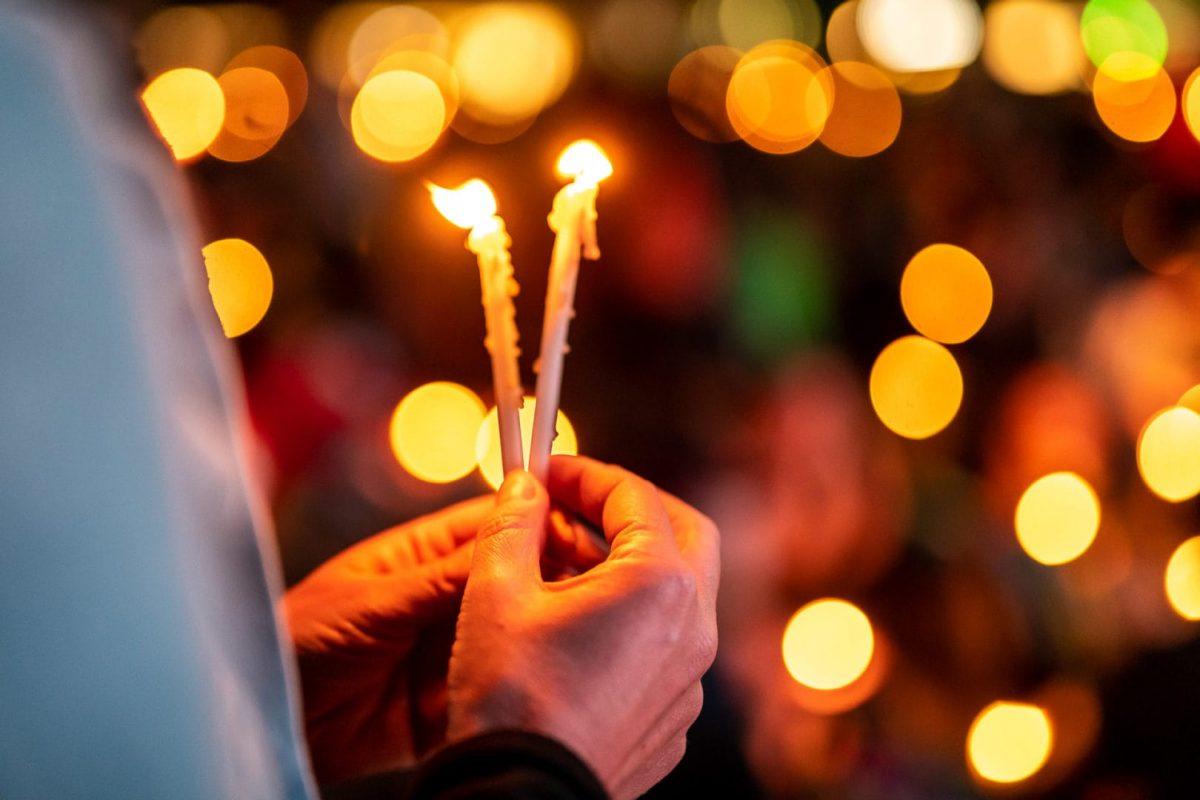 Available Light Aufnahme mit Kerzen in der Hand