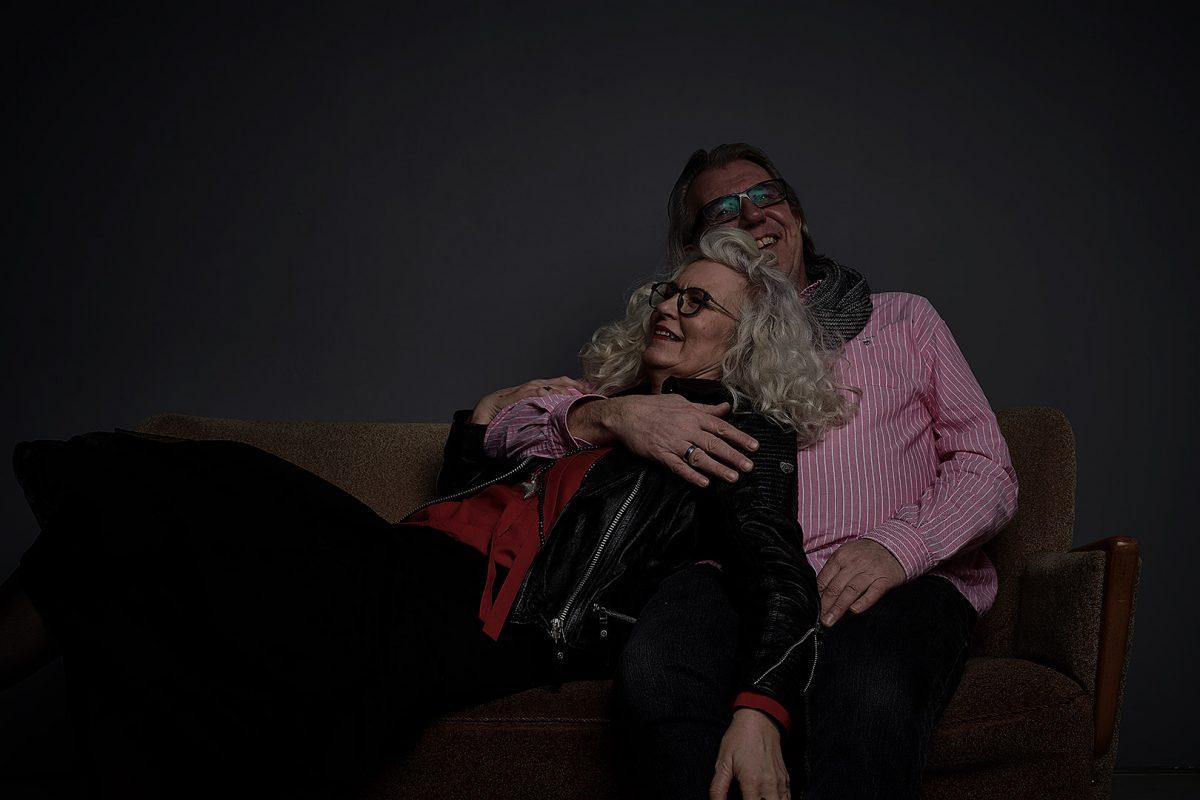 Liebespaare in absoluter Dunkelheit fotografiert von Markus Mielek im Studio